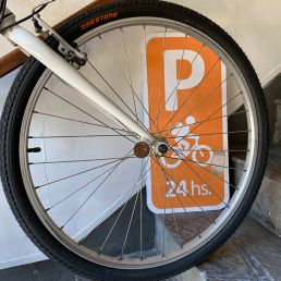 Parking bicis 24hs.